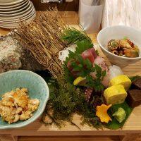 新鮮な魚介刺身を皿鉢盛で提供